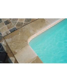 Margelle d'angle piscine, bord droit, pierre du limeyrat pour margelle claire épaisseur 8cm.