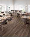 Carrelage imitation parquet foncé moderne marron grandes longueurs, restaurant, 30x180cm, rectifié, santabwood burnt